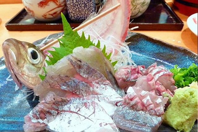 Ikizukuri żywa ryba na talerzu japonia